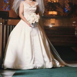 Stunning Vera Wang Wedding gown size 4.